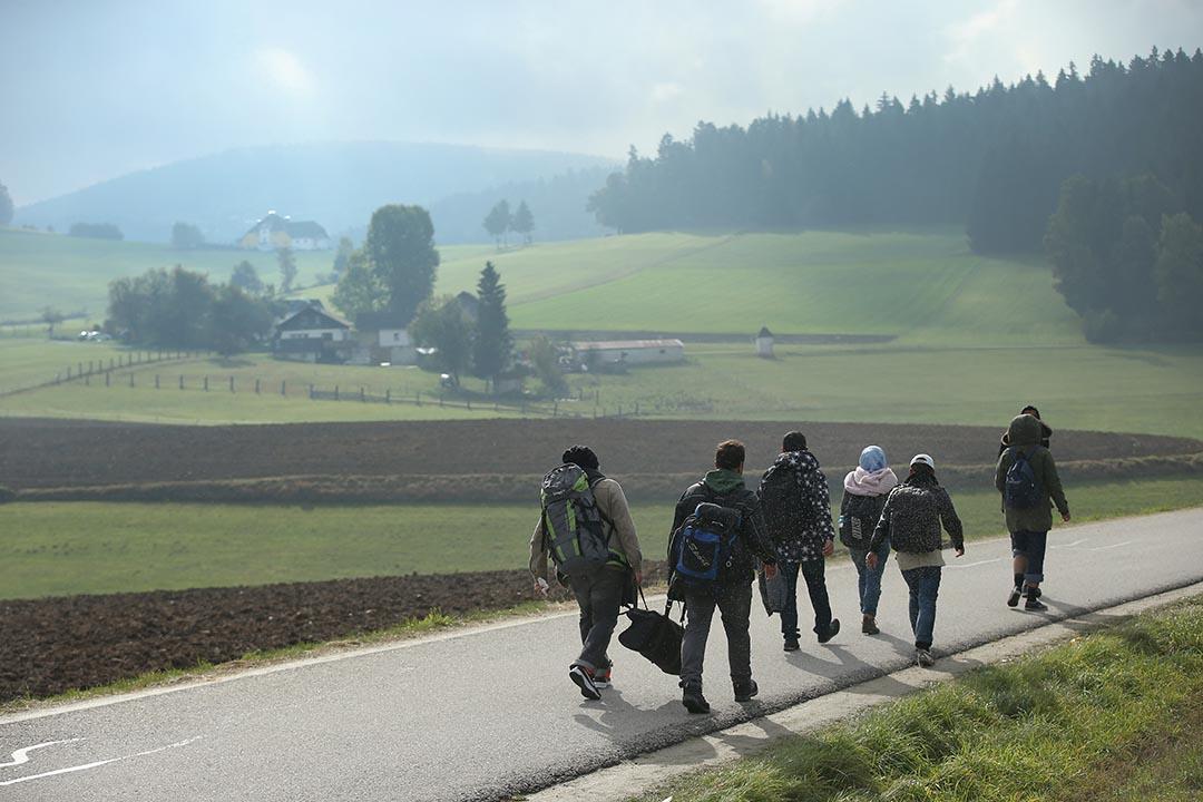瑞典開始加強難民入境管制。圖為難民在奥地利向德國、瑞典等國家進發。攝 : Sean Gallup/GETTY