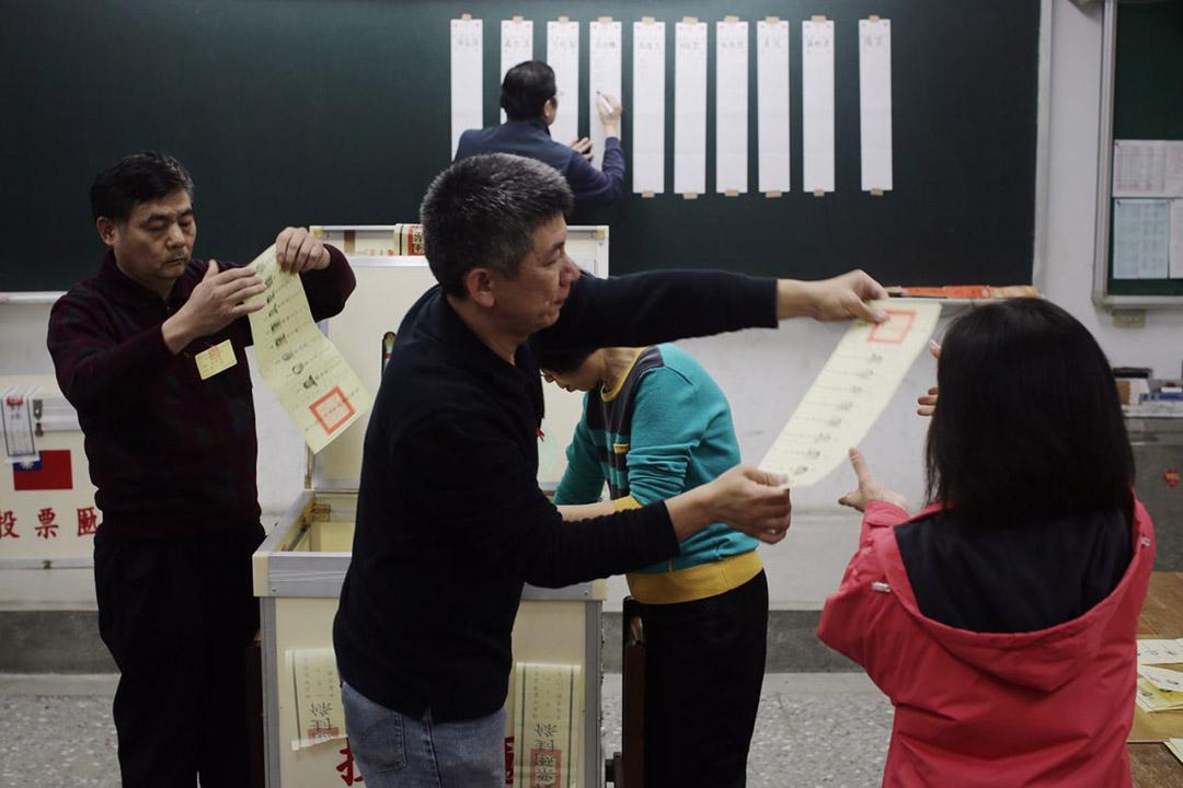 2016年1月16日,台北,選舉結束後職員在三重高中點票。攝:Anthony Kwan/端傳媒
