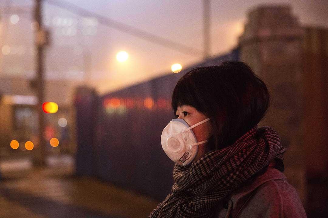 在北京,霧霾天氣令很多測試PM2.5的機器均達到上限,測不出數字。攝:Kevin Frayer/GETTY