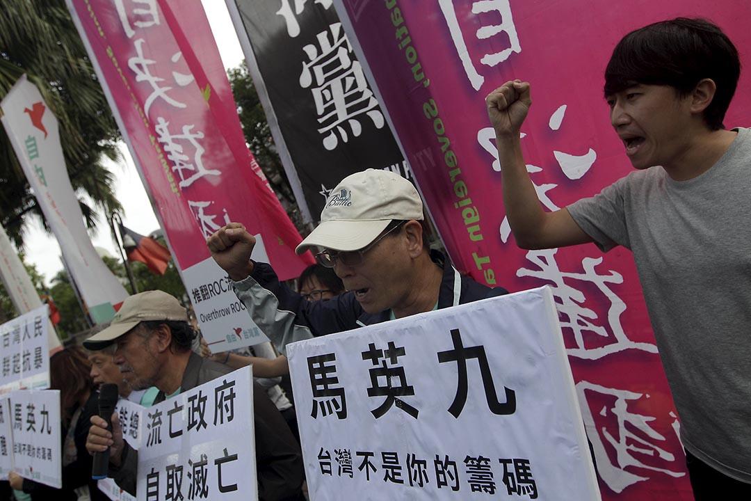 2015年11月4日,台北,反對「習馬會」人士在立法院外舉起標語示威,表達不滿。攝:Pichi Chuang/REUTERS