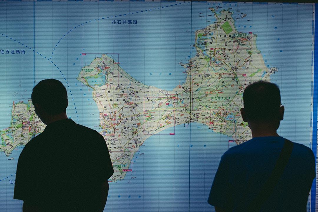 旅客在旅遊服務中心內查看金門縣地圖。攝:王嘉豪/端傳媒