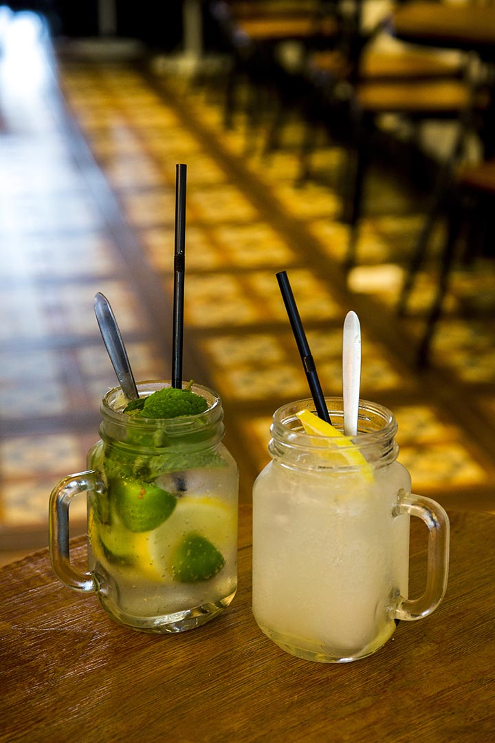 (左)Fresh Lemonade $38、Lime Soda $45 喜歡前者的新鮮薄荷味,夠清新。後者偏酸,提神醒腦。 攝:羅國輝/端傳媒