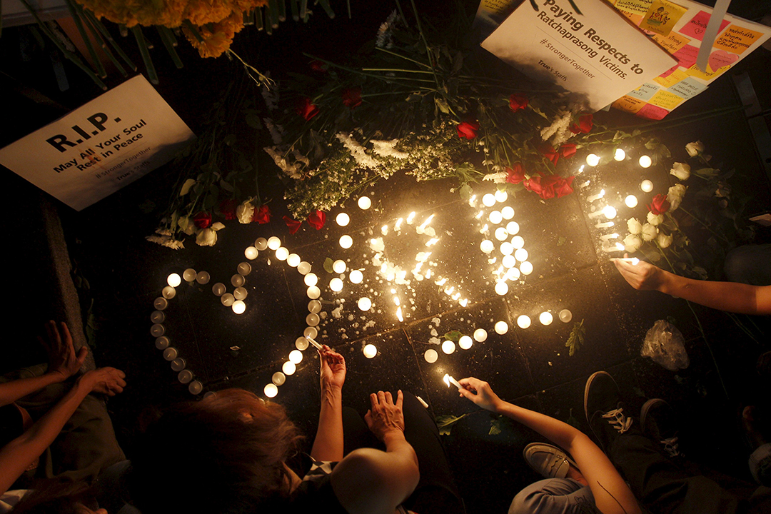 市民在四面佛爆炸現場舉行燭光晚會,悼念死難者。 攝:Kerek Wongsa/REUTERS