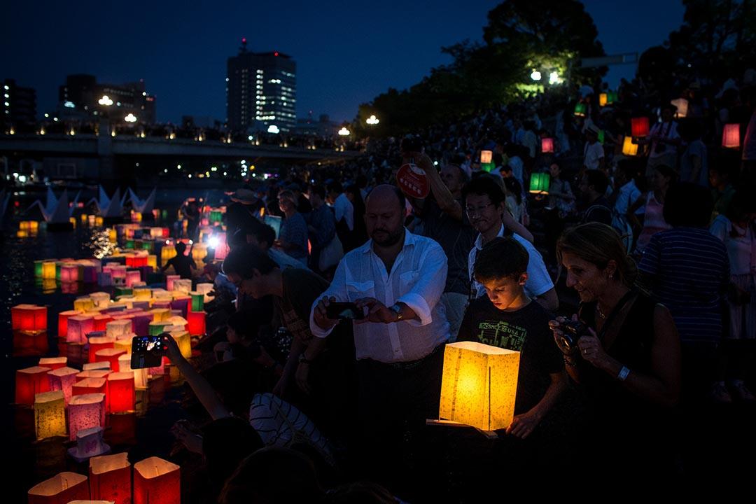 男孩捧著紙燈籠出席日本廣島一場悼念原子彈爆炸70週年的紀念活動。