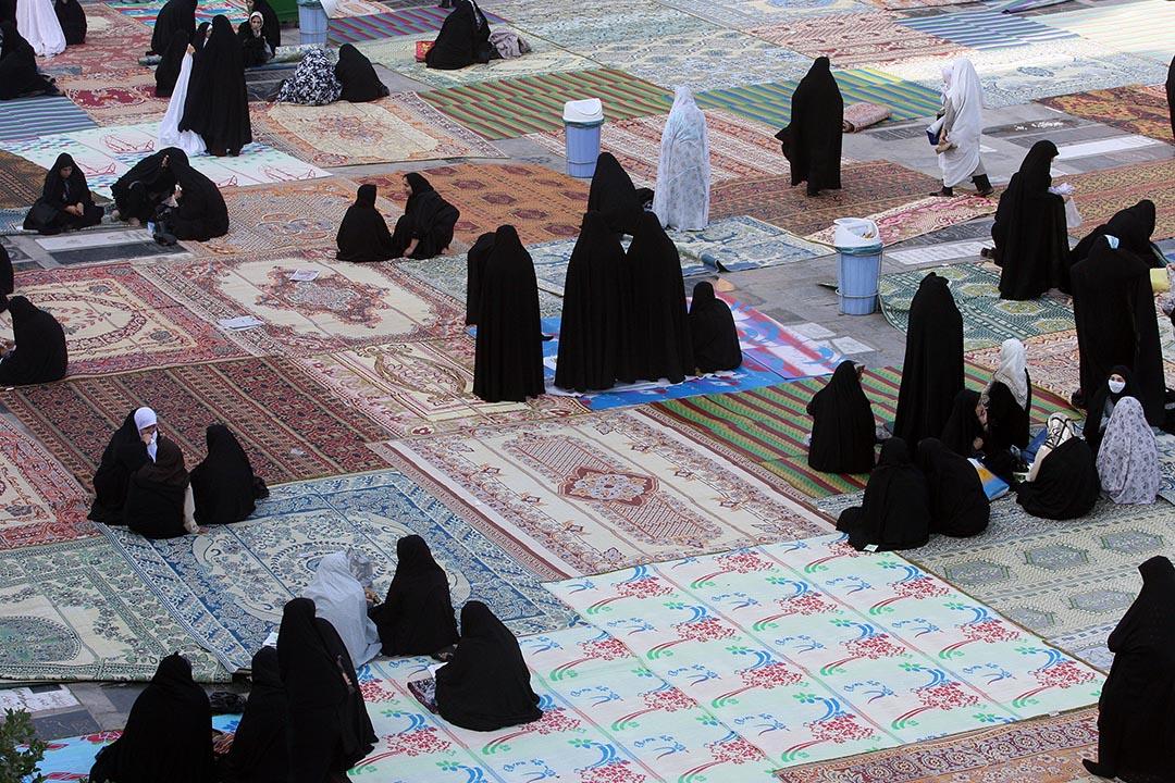 伊朗德克蘭的婦女在回教齋戒月後參與祈禱會,婦女們在會後一起聊天。攝:Majid/GETTY