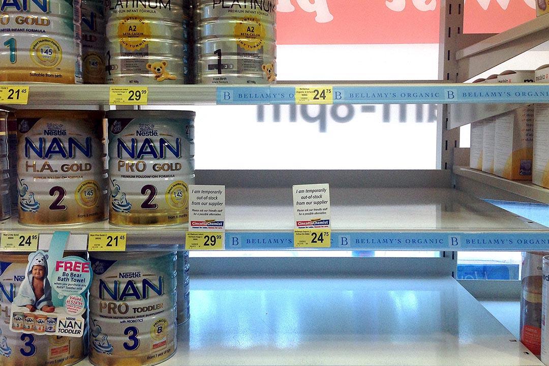 2015年11月11日,澳洲悉尼一間售賣奶粉的店鋪有部分奶粉貨架清空。攝:David Gray/REUTERS