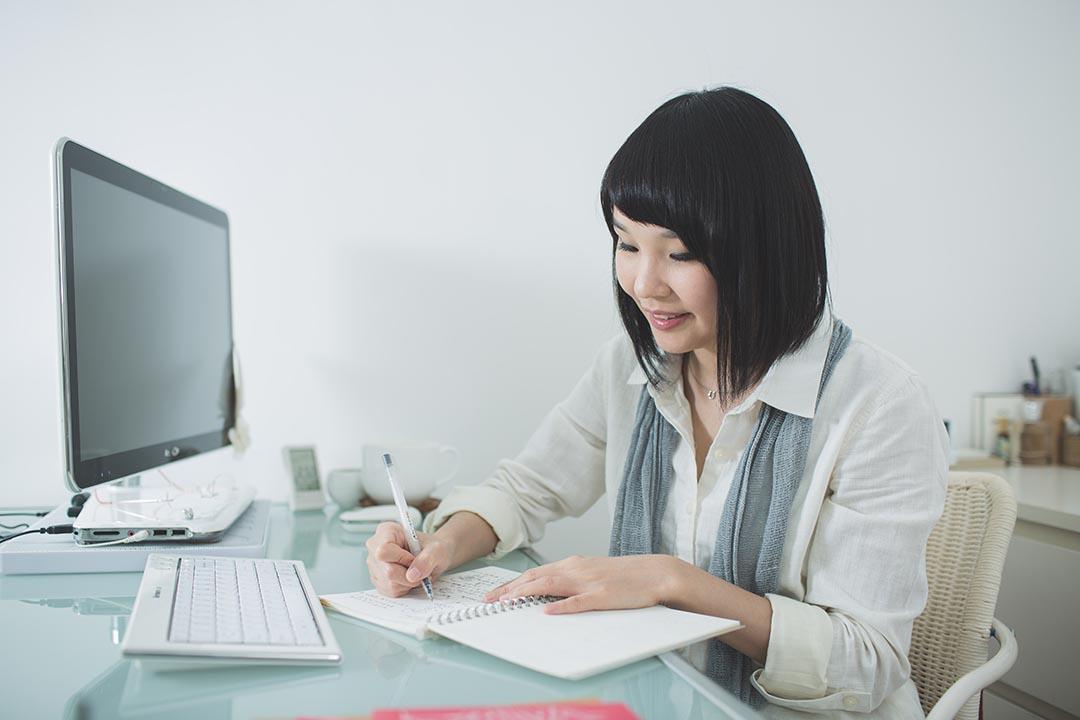 喜歡素色的 Jenny ,選擇筆記簿偏向簡約款式,但打開裏面卻是七彩繽粉的插圖。攝:王嘉豪/端傳媒