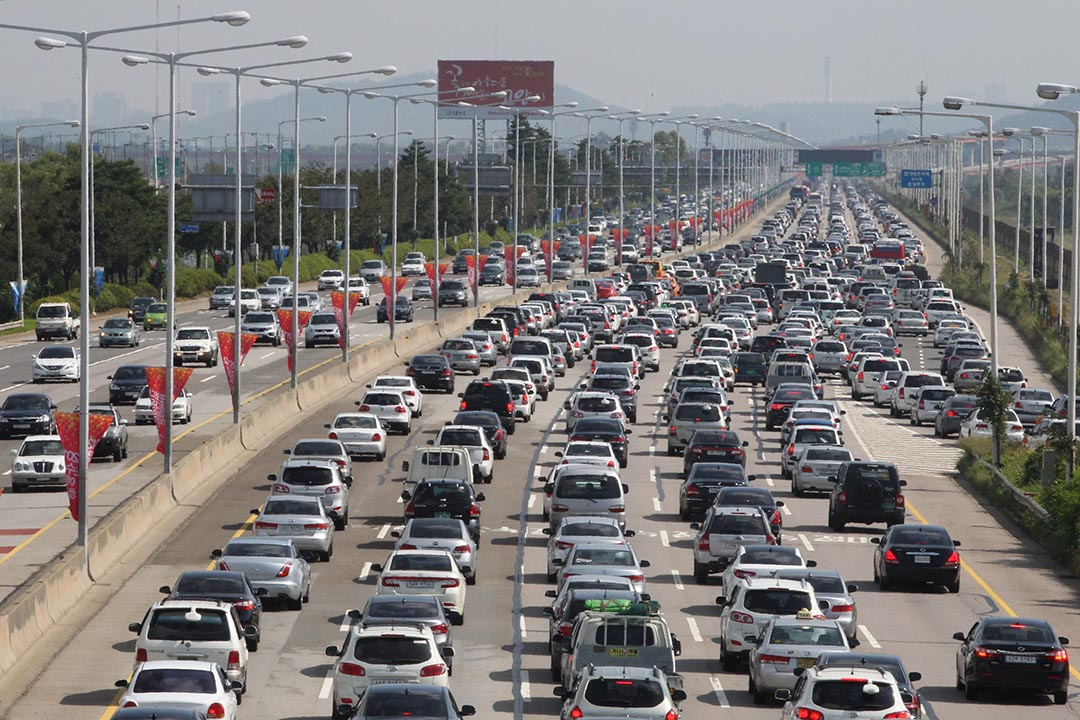 中國大批遊客赴韓考駕照。圖為韓國高陽公路上擁擠的車輛。攝: Ahn Young-joon/AP