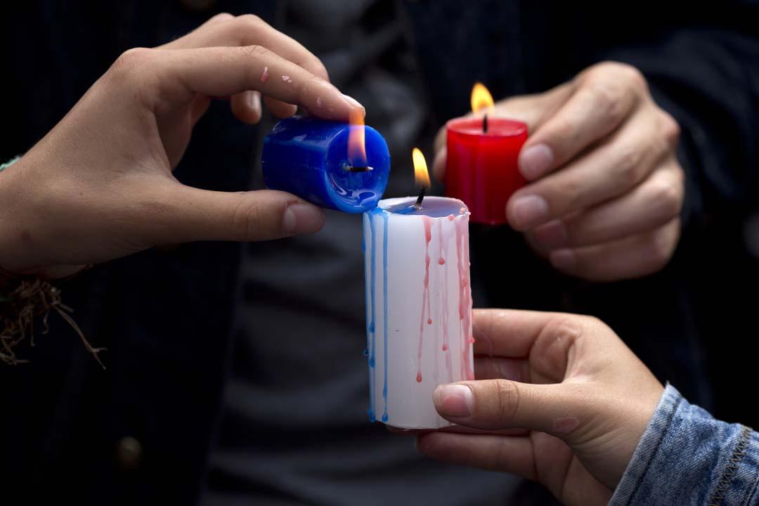 2015年11月15日,秘魯首都利馬,法國領館外悼念巴黎惡襲活動,悼念人士拿著法國顏色的蠟燭。攝:Rodrigo Abd/AP
