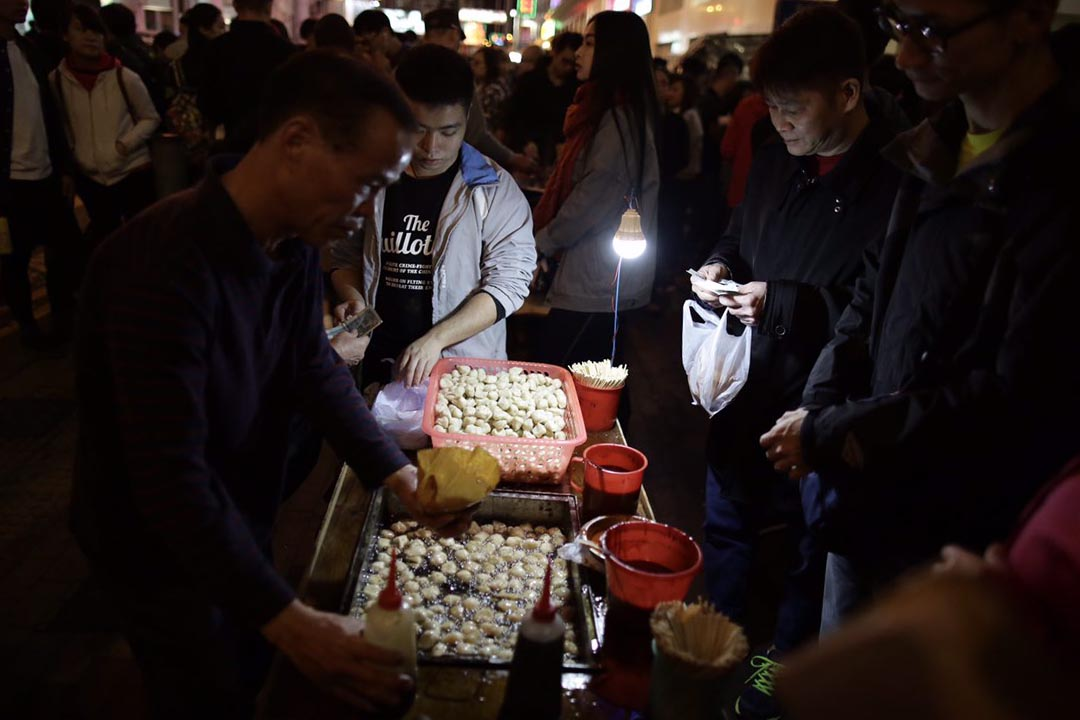 農曆新年期間,旺角朗豪坊外有小販擺賣。攝:Anthony Kwan/端傳媒