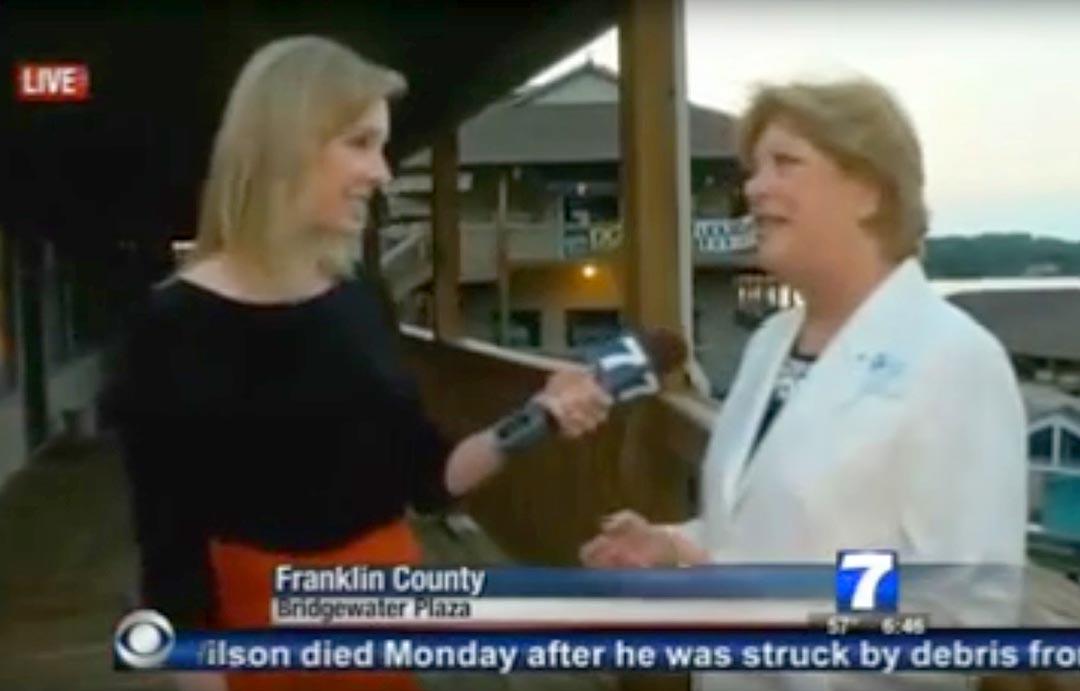 開槍前一刻,記者艾莉森·帕克(Alison Parker)正在採訪史密斯山湖商會的維基·加德納(Vickie Gardner)。攝: Handout via AFP