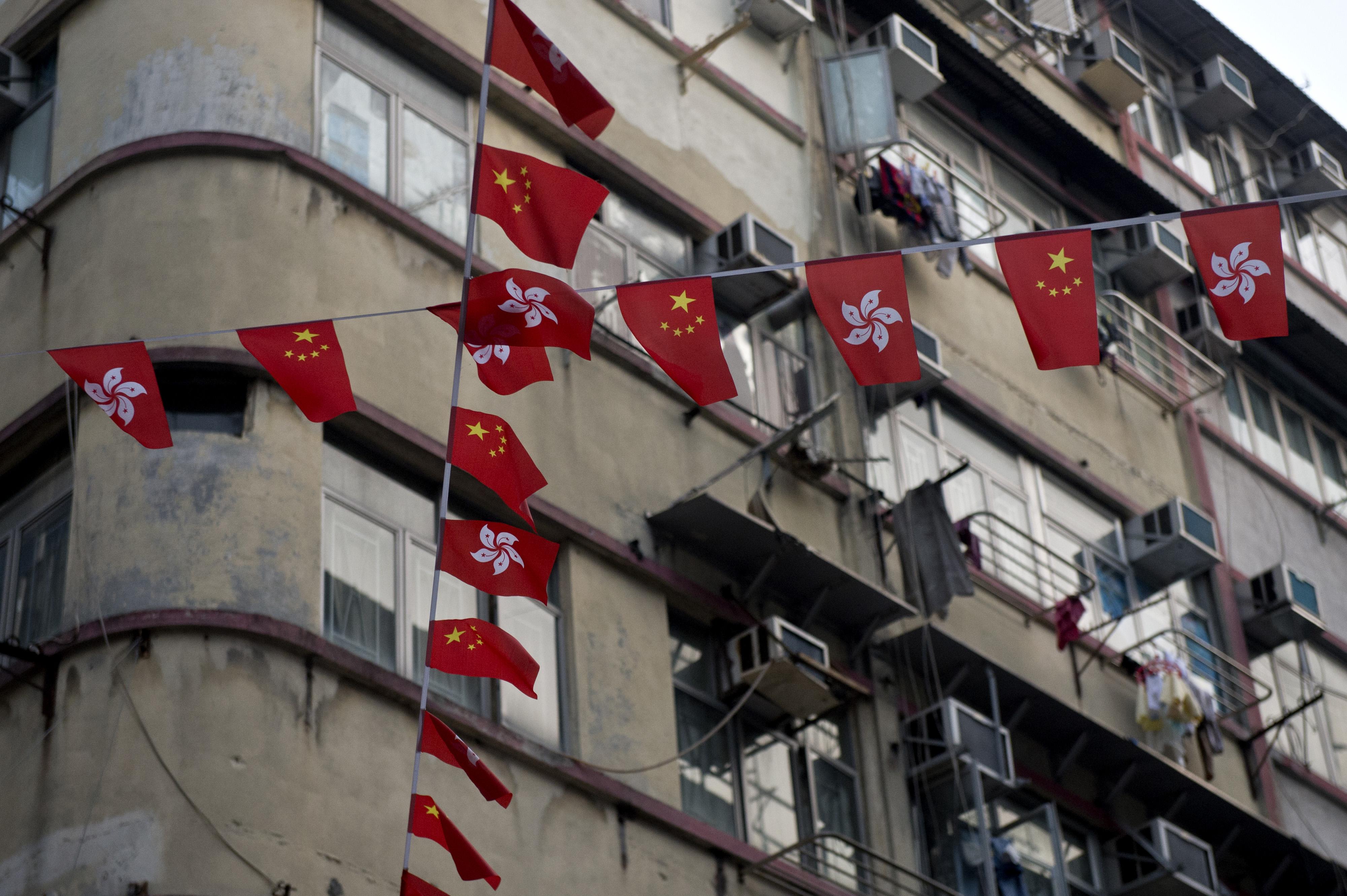中國國旗與香港區旗一起飄揚。攝:Alex Ogle/AFP