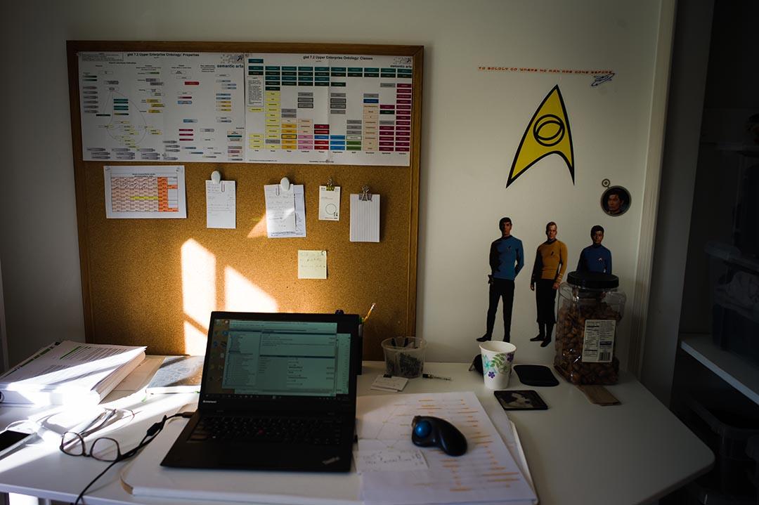 辦公桌後面也是《星際迷航》裏面的人物,還有劇中的經典台詞「勇踏前人未至之境」。 (