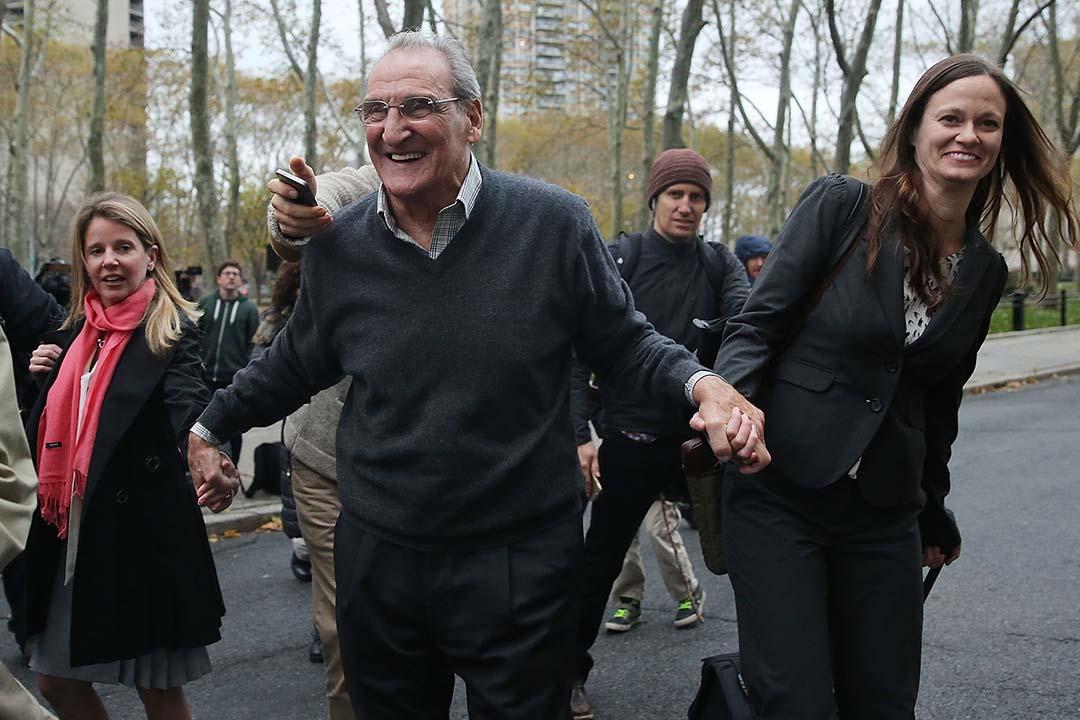 美國黑幫頭目文森特‧阿薩羅(Vincent Asaro)在紐約布魯克林的一家聯邦法院被陪審團宣判無罪。攝 : Spencer Platt/GETTY