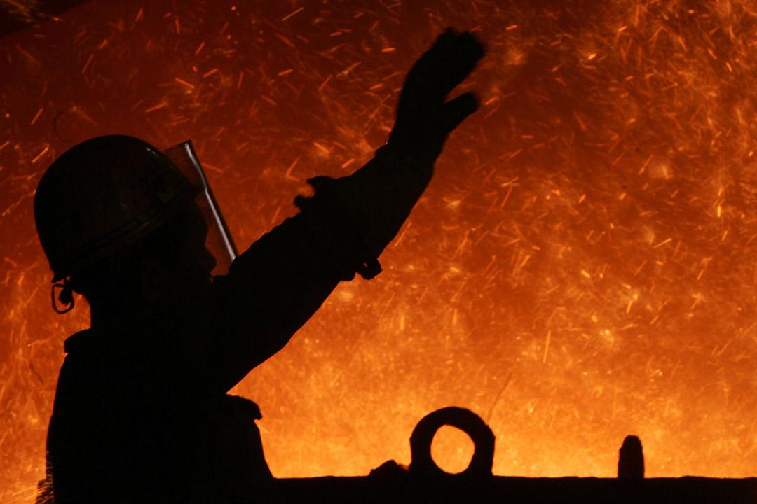 中國重慶,工人在鋼鐵廠內工作。攝:China Photos/GETTY