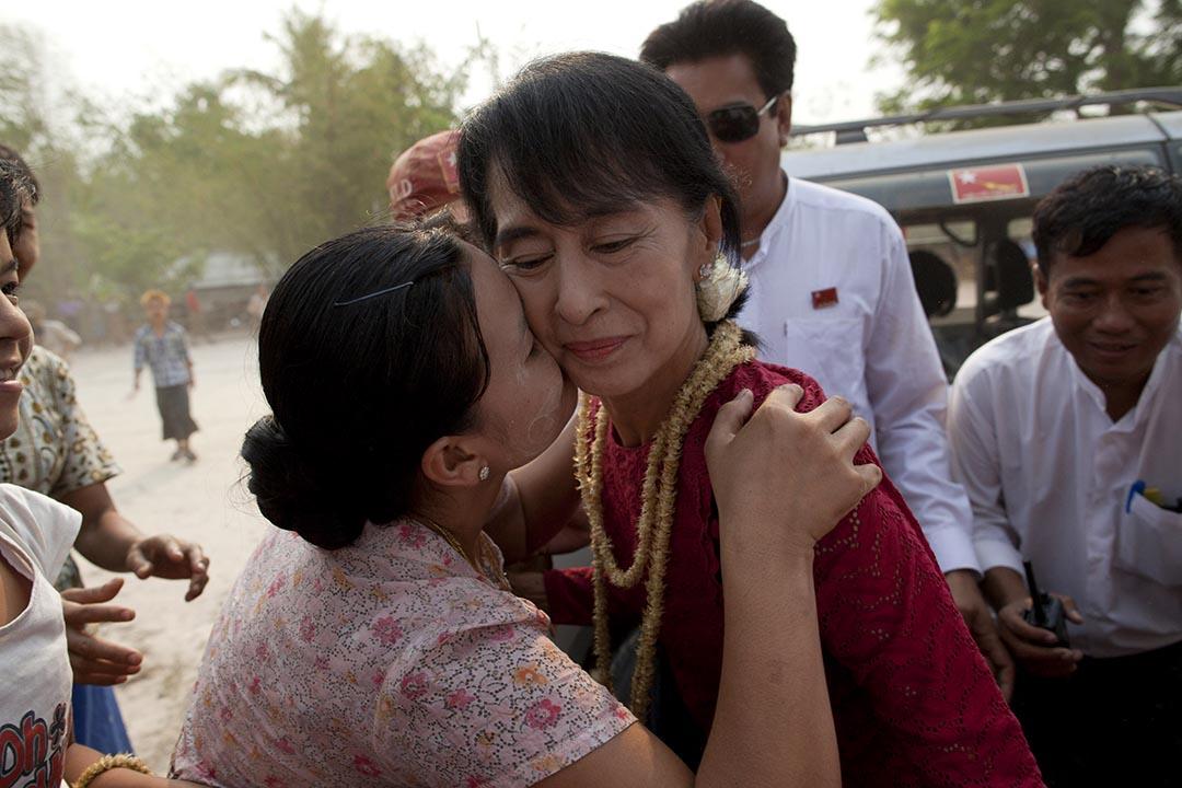 2012年4月1日,緬甸,參選Kaw Hmu區議員的昂山素姬在選舉日到票站,期間獲支持者親吻。攝:Mikhail Galustov/GETTY