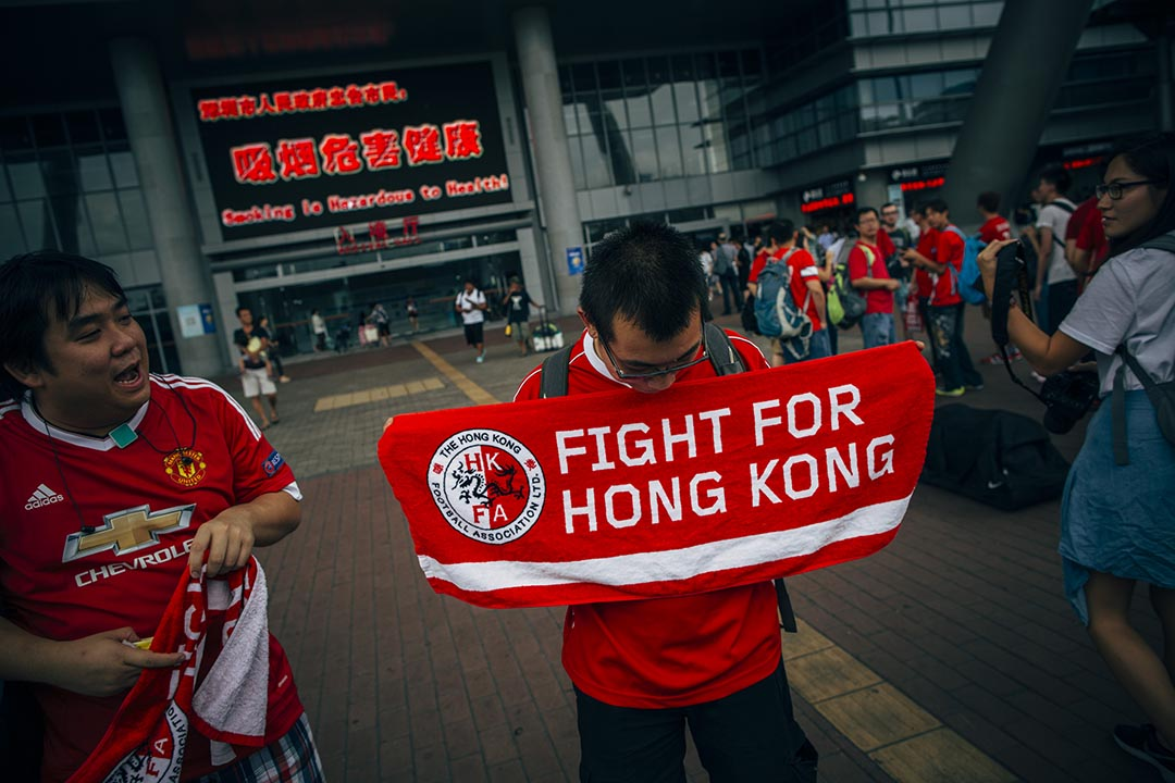 香港隊球迷賽前於深圳灣關口集合,期間展示港隊打氣物品。攝 : 葉家豪/端傳媒