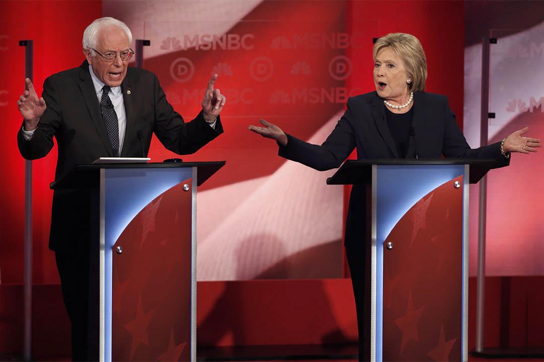 2016年2月4日,美國民主黨總統參選人桑德斯(左)和希拉莉在新罕布什爾州進行初選辯論。攝:Mike Segar /REUTERS