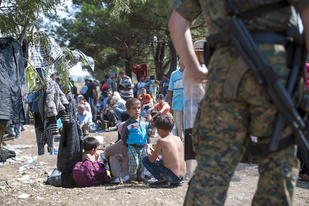 2015年8月20日,馬其頓警察在希臘與馬其頓邊境堵截非法入境者。攝:ROBERT ATANASOVSKI/AFP