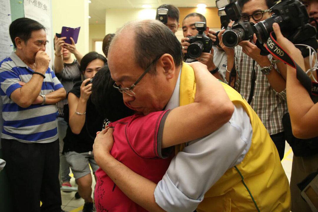 角逐連任的馮檢基不敵新人陳潁欣,落選後在票站與支持者擁抱。攝:羅國輝/端傳媒