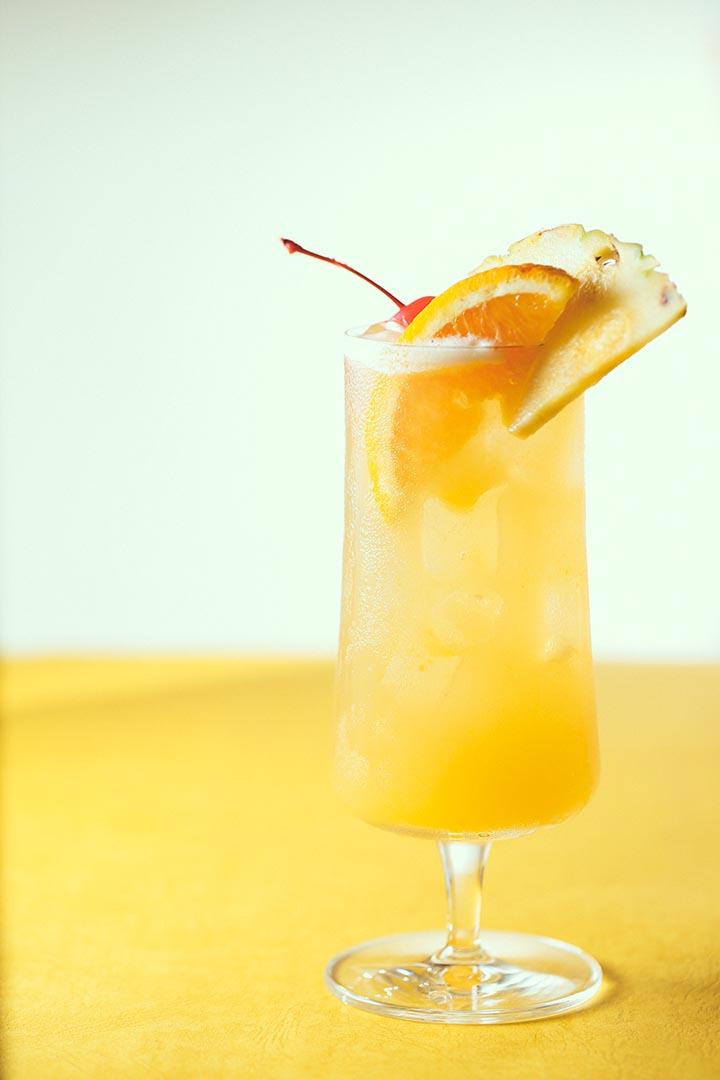 有次幾位來自大溪地的朋友到訪, Victor Bergeron 特別以冧酒調配出雞尾酒歡迎,其中 Carrie Guild 小姐喝後大叫「 Maita'i roa ae! 」,意思是非常好, Mai Tai 便成為了酒名。攝:黃嘉豪/端傳媒