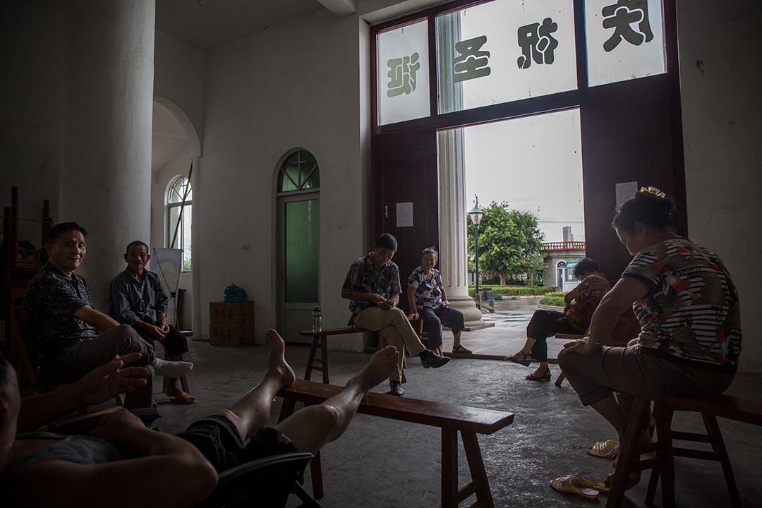 信徒聚集在教堂的入口處保護教堂。攝:Billy H.C. Kwok/端傳媒