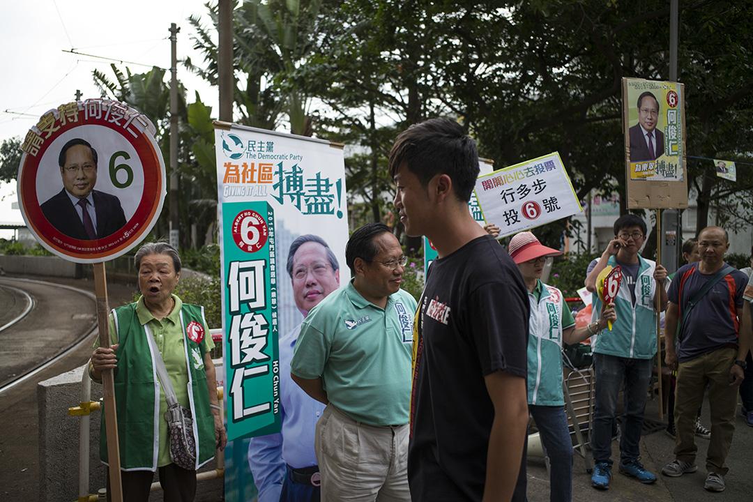競爭最激烈的屯門樂翠選區候選人鄭松泰及何俊仁。攝:林亦非/端傳媒