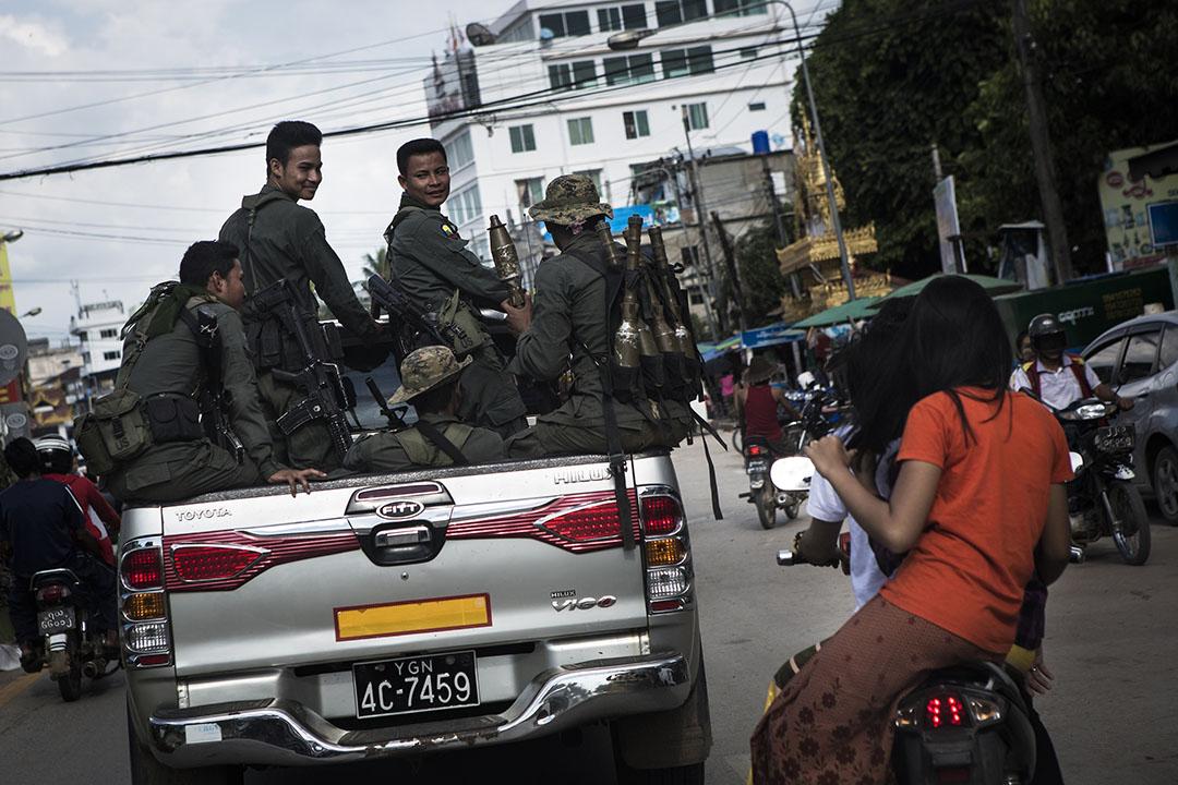 BGF 軍人在車上跟電單車上的女子們搭訕。攝 : Mathieu Willcocks/端傳媒