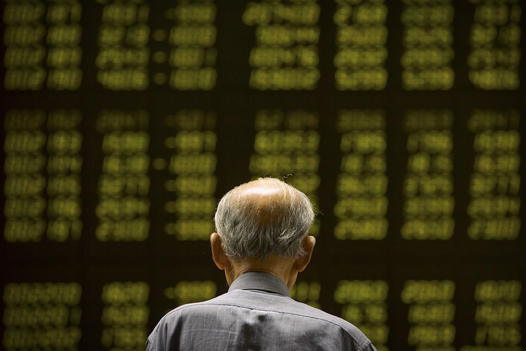 2015年8月18日,北京,一名股民看著屏幕顯示的股票信息。攝:Mark Schiefelbein/AP