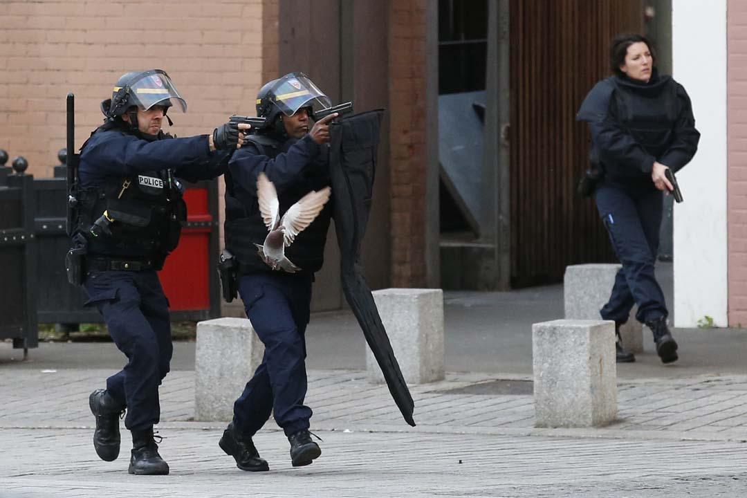 2015年11月18日,法國警方在巴黎郊區聖丹尼(Saint-Denis)追捕恐襲案疑犯。攝:Francois Mori/AP