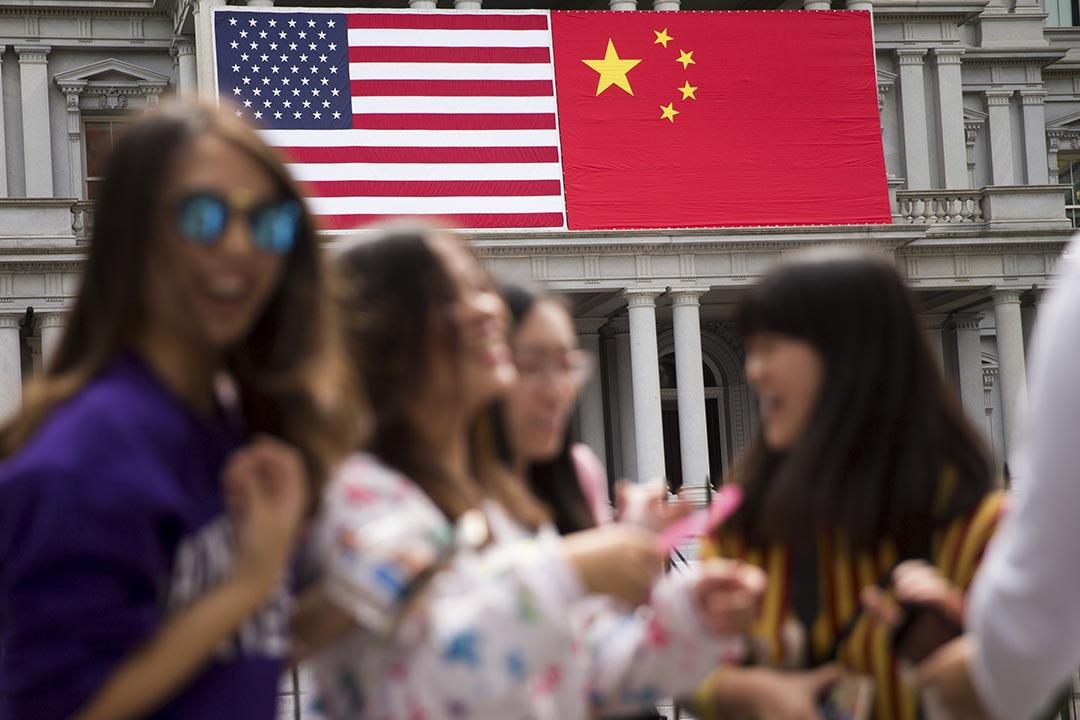 習近平訪問期間,白宮的前行政辦大樓掛着美國和中國國旗。攝 : Andrew Harnik/AP