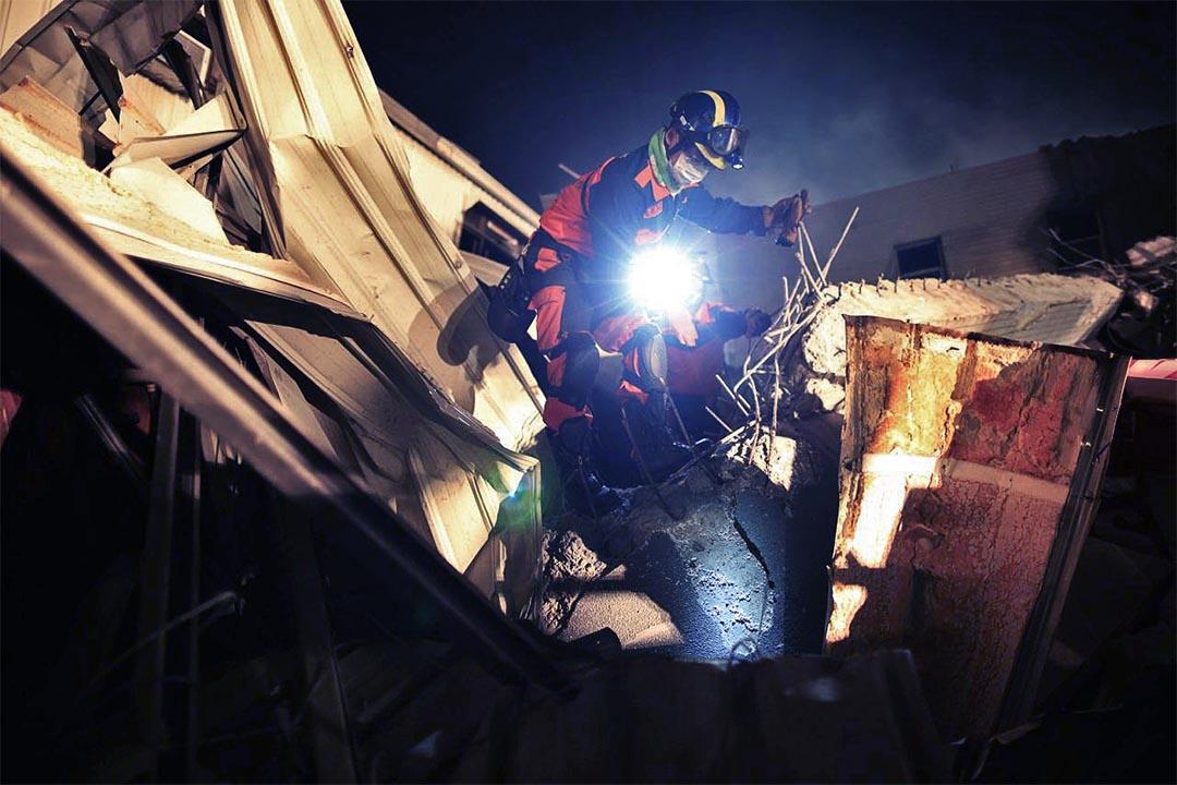 入夜後,救援人員在瓦礫中繼續進行搜救工作。攝 : 林亦非/端傳媒