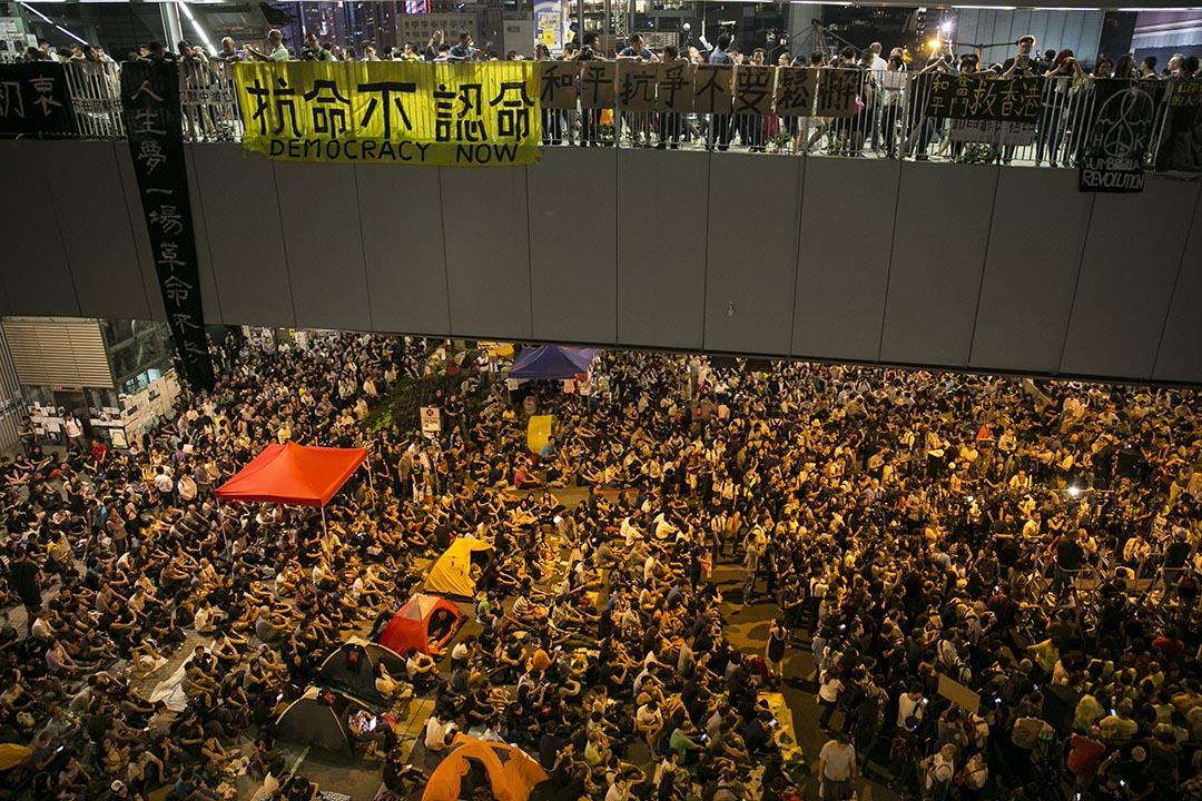 2014年10月10日,香港金鐘佔領區的天橋掛上了「抗命不認命」的橫額。攝:Paula Bronstein/GETTY