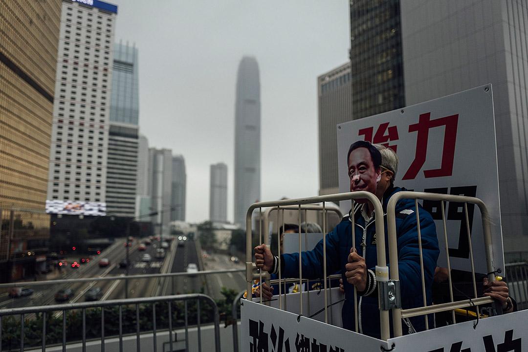2016年1月10日,金鐘,支聯會舉行遊行表示關注李波「被消失」事件,期間有遊行人士戴上李波的面具。攝:Anthony Kwan/端傳媒