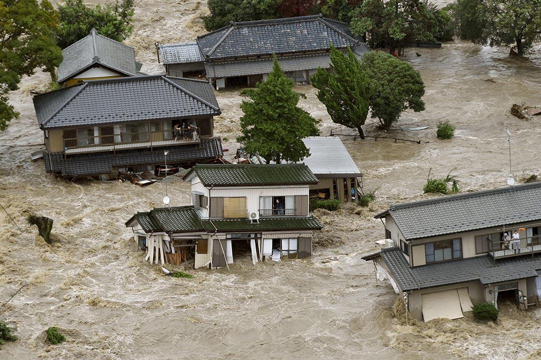 9月10日,受風暴艾濤(Etau)的殘餘雨帶影響,日本關東及東北地區持續降雨,茨城縣的鬼怒川下午決堤,洪水湧入常總市區。攝:Kyodo/ Reuters