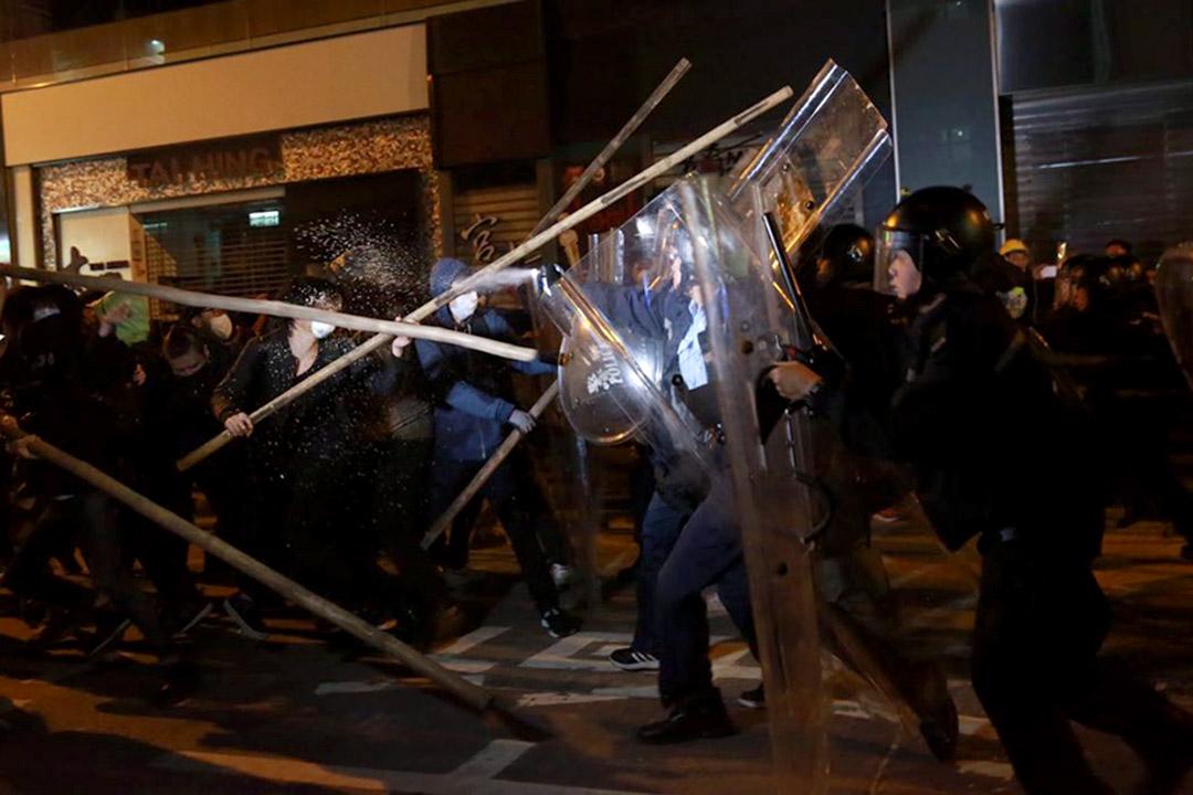 2016年2月9日,凌晨約5時,示威者在旺角用竹枝抵擋防暴警察。攝:Billy H.C. Kwok/端傳媒