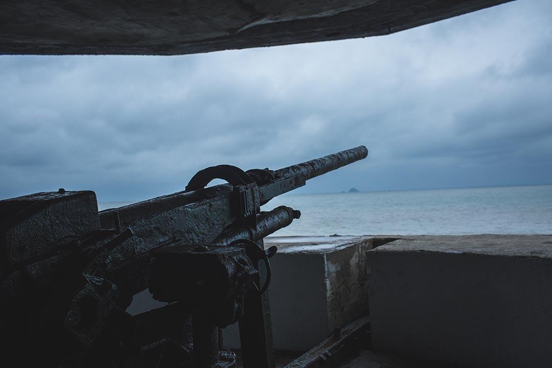馬祖海邊沿岸的軍事廢區。攝:王嘉豪/端傳媒