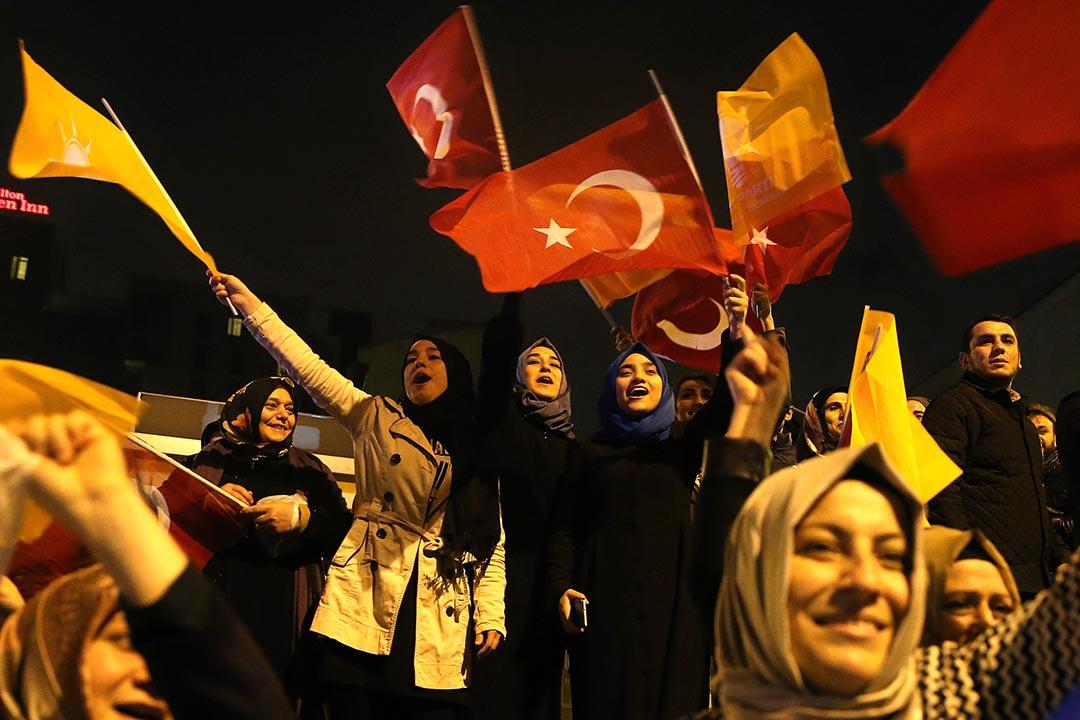 土耳其正義與發展黨(AKP)的支持者在該黨總部外揮舞黨𣄃和國旗,慶祝該黨重奪國會多數議席。攝 : Hussein Malla/AP