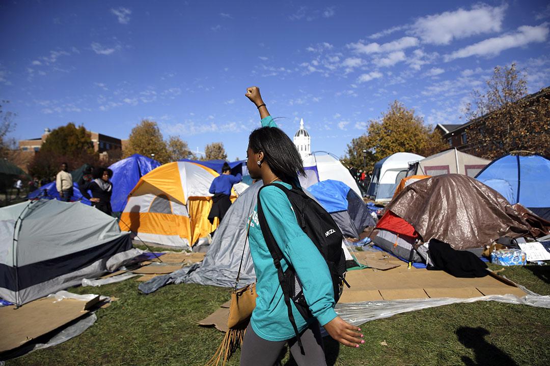 美國密蘇里大學(University of Missouri)白人校長沃爾夫(Tim Wolfe)因對校內種族關係問題處理不當引發學生佔領校園抗議,宣布辭職。攝:Jeff Roberson/AP