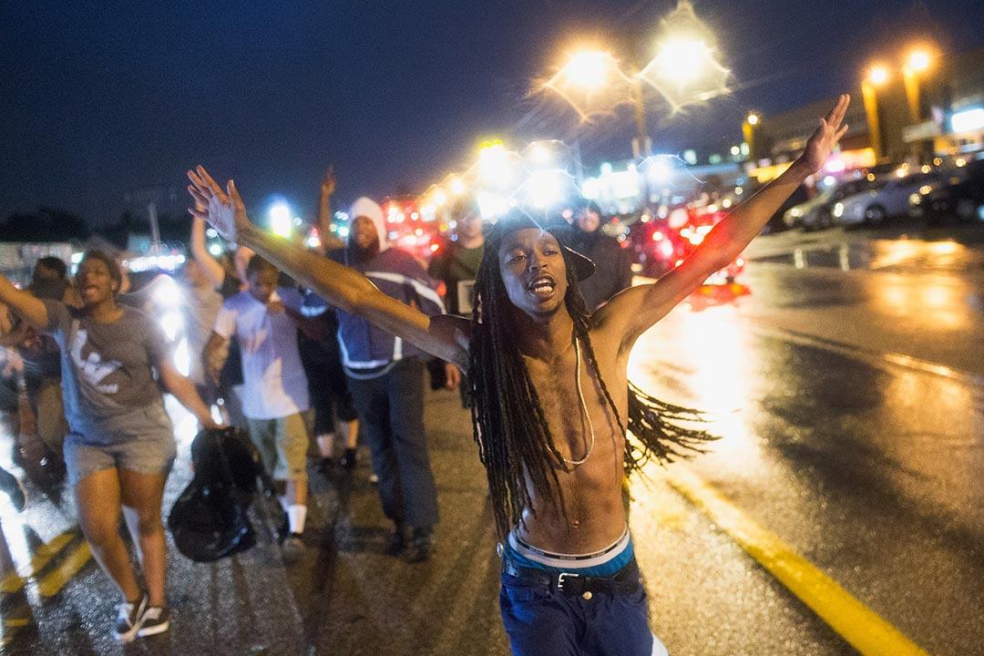 美國密蘇里州弗格森市進行紀念黑人青年布朗(Michael Brown)被槍殺一週年遊行,據報於活動期間警民交火,兩人中槍。攝 : Scott Olson/GETTY