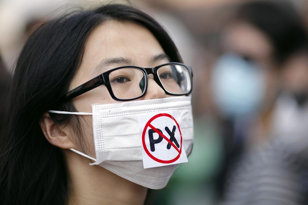 浙江一名示威者戴著一個寫有反對PX字樣的口罩遊行,反對計劃擴大在寧波石化廠。攝: Carlos Barria/REUTERS