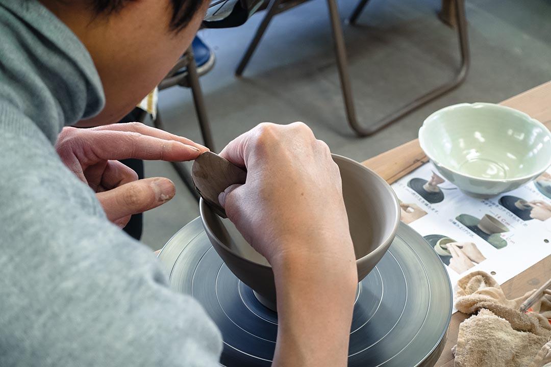 陶藝班上的鈴木老師已有三十多年教授陶藝的經驗。林琪香攝