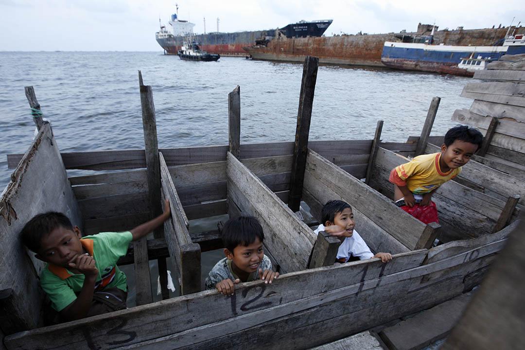 印尼首都雅加達附近一個貧民區,孩子們使用建在海上的公共廁所。攝:Beawiharta/REUTERS