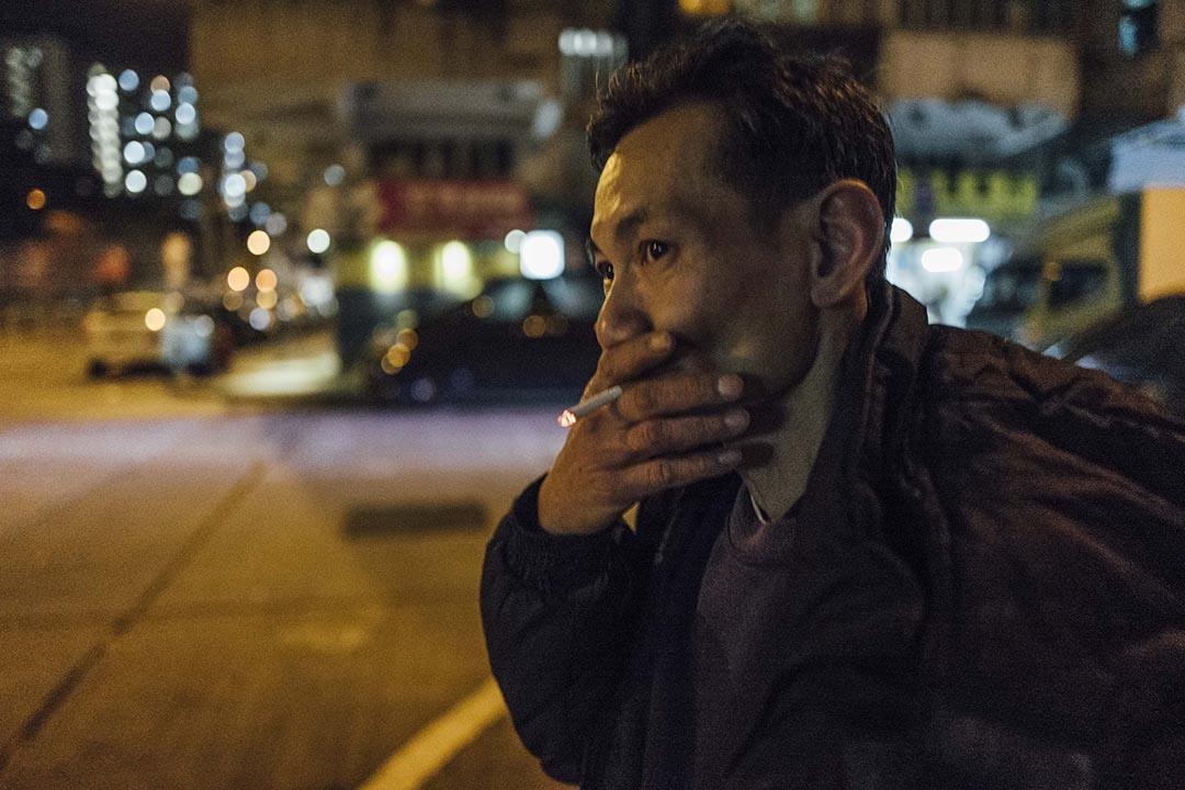 阿寶在回家途中抽煙。攝 : Anthony Kwan/端傳媒