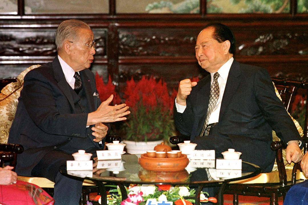 1998年10月15日,台灣「海基會」董事長辜振甫(左)與中國「海協會」會長汪道涵(右)於上海會面。攝:Reuters