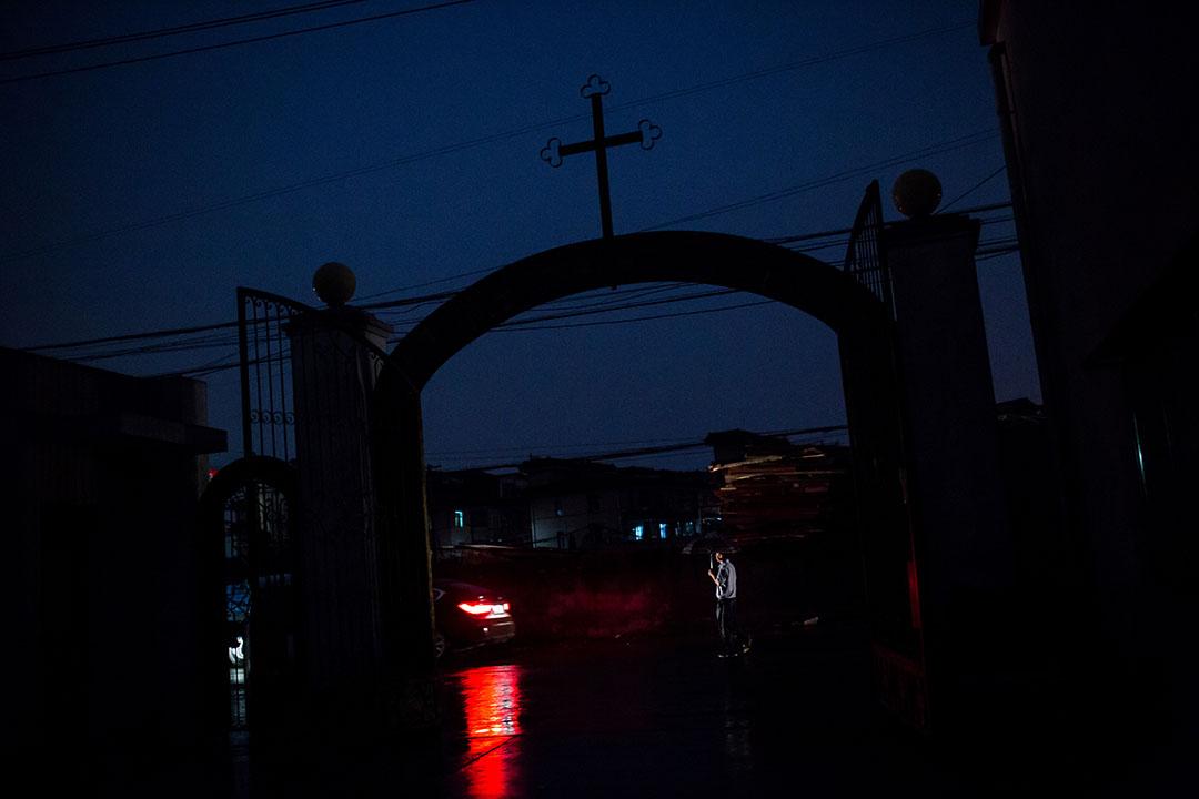 一名男子在蕭山天主堂前走過。 攝:Billy H.C. Kwok/端傳媒