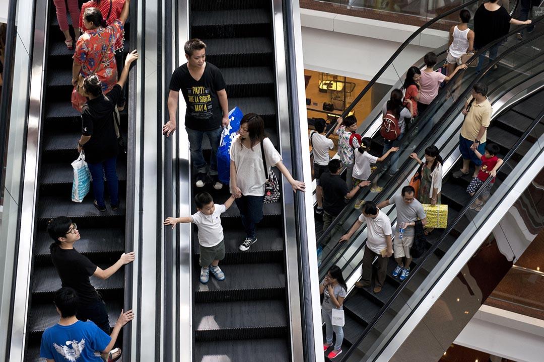 市民在香港一家購物中心乘踏自動扶手梯。攝 : Alex Ogle/AFP