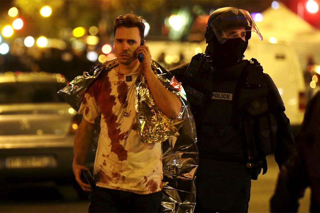 有倖存者衣服染滿鮮血。攝:Philippe Wojazer/REUTERS