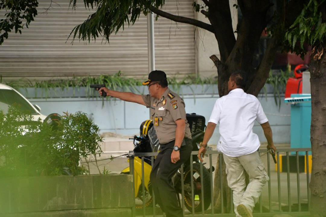 印尼警方手執槍械準備槍戰。攝: Bay ISMOYO / AFP PHOTO