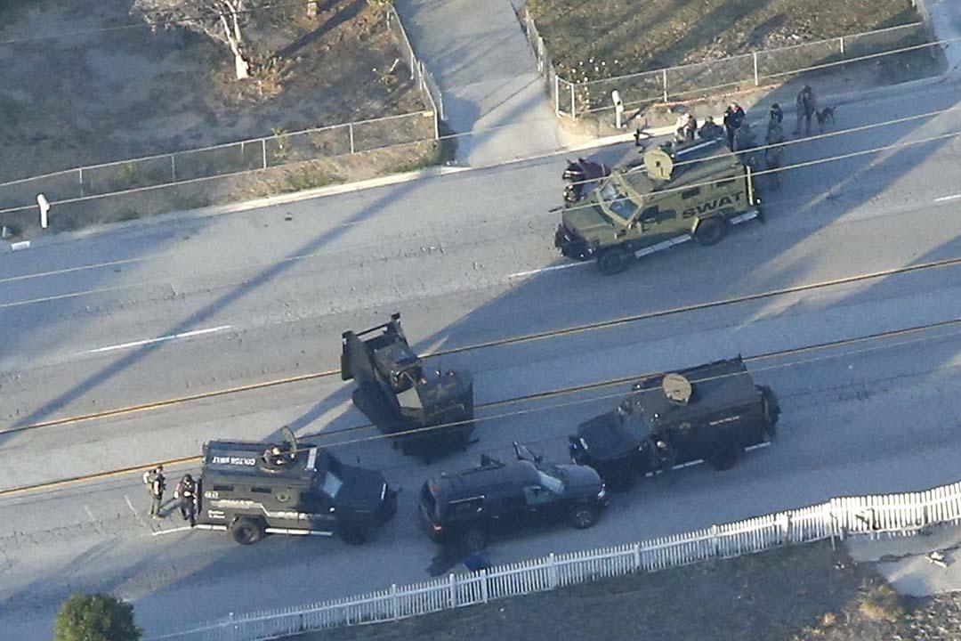 大批警員在一個住宅區的街上,包圍逃走車輛。攝:Mario Anzuoni/REUTERS